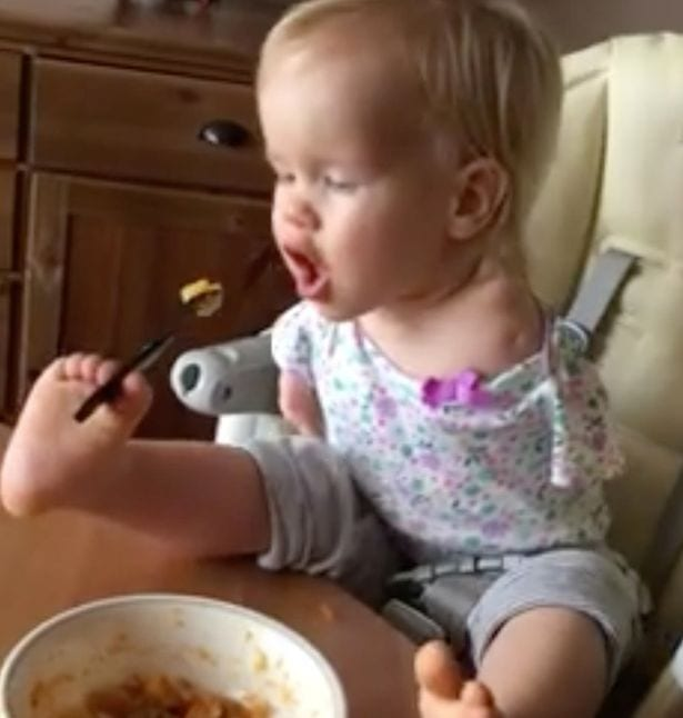 Un bébé né sans bras apprend à manger à l'aide de ses pieds: PHOTOS/ VIDÉO