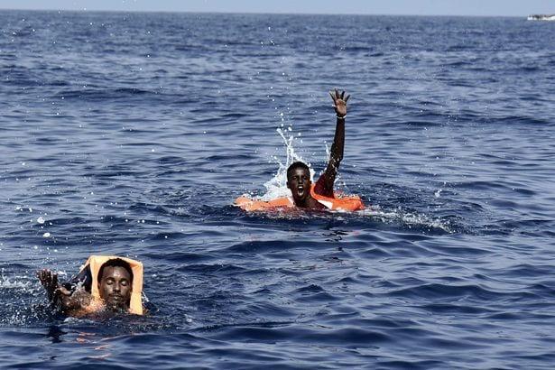images déchirantes montrant des migrants dans une lutte désespérée pour survivre
