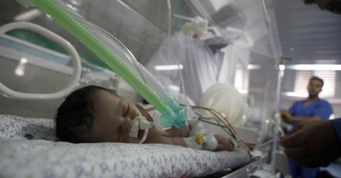 Un bébé sauvé du ventre de sa maman morte dans un bombardement... Vidéo