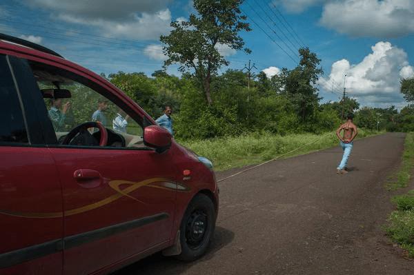 Un adolescent indien utilise ses omoplates pour tirer deux voitures: PHOTOS/ VIDÉO