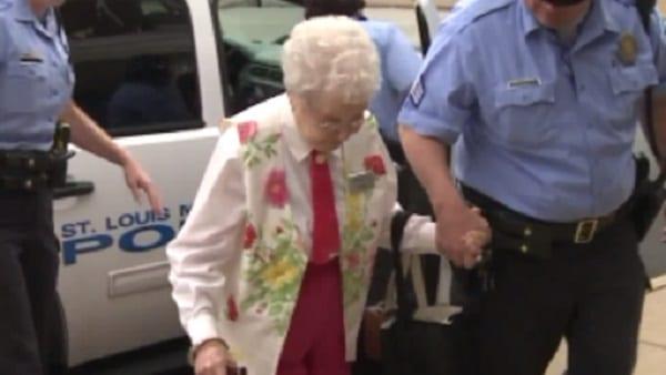 A 102 ans elle se fait arrêter par la police...La raison vous étonnera (Vidéo )
