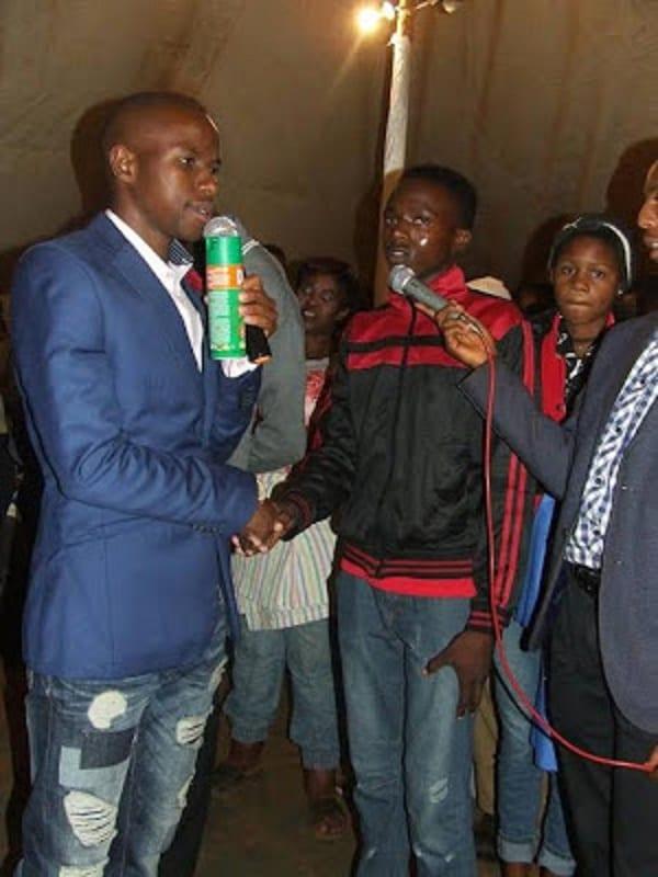 """Un pasteur sud-africain pulvérise les membres de son église avec un insecticide """"divin"""": PHOTOS/VIDÉO"""