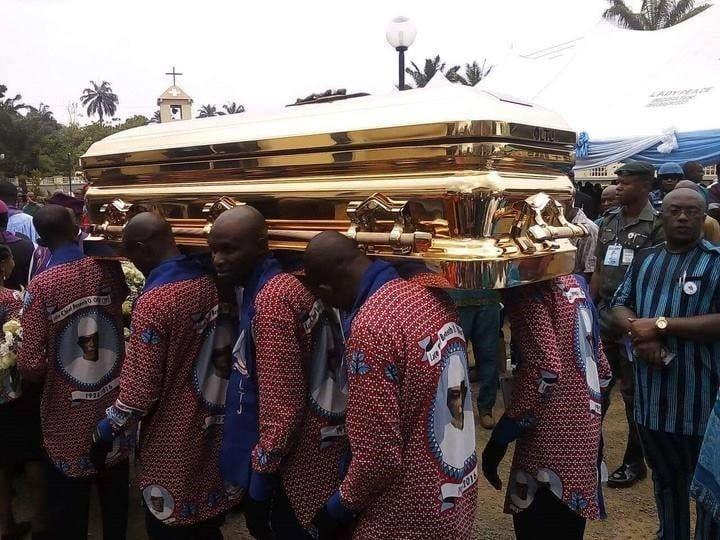 Nigeria: un milliardaire enterre son père dans un cercueil en or... Photos