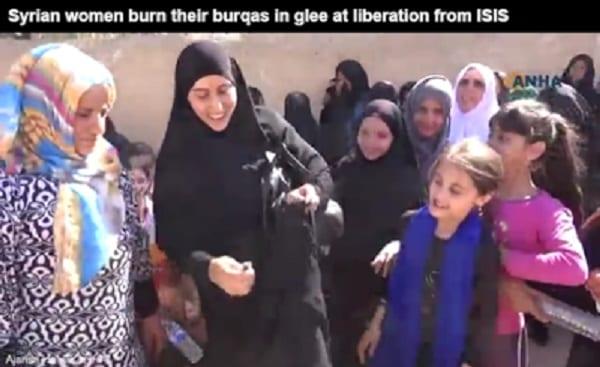 Des irakiennes jettent leurs niqabs après avoir été libérées des mains de Daech