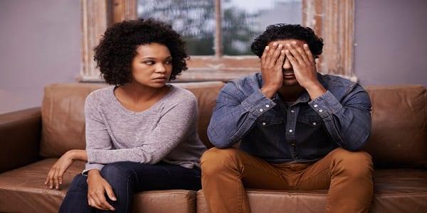 6 signes qui montrent que votre partenaire est avare