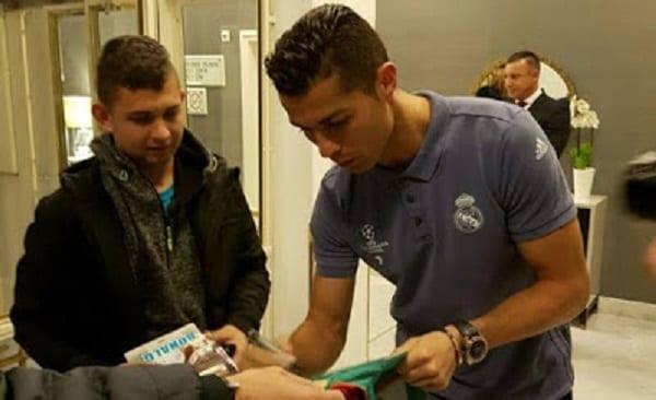 Cristiano Ronaldo rencontre un fan qu'il a réveillé du coma: Vidéo