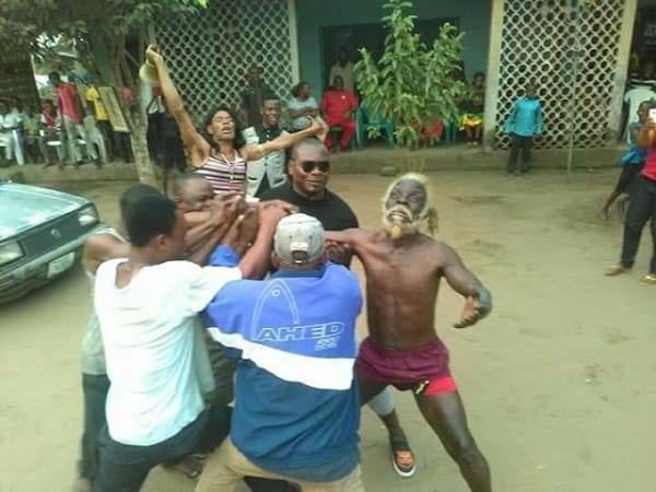 PHOTOS: Sampson, le superman du Nigeria qui mange des bouteilles et tire des voitures avec ses dents