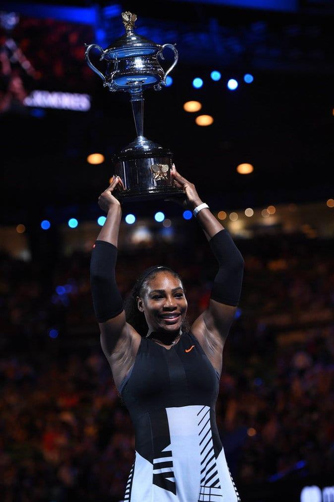 Photos : Serena Williams remporte l'Open d'Australie face à sa sœur Venus et bat un record