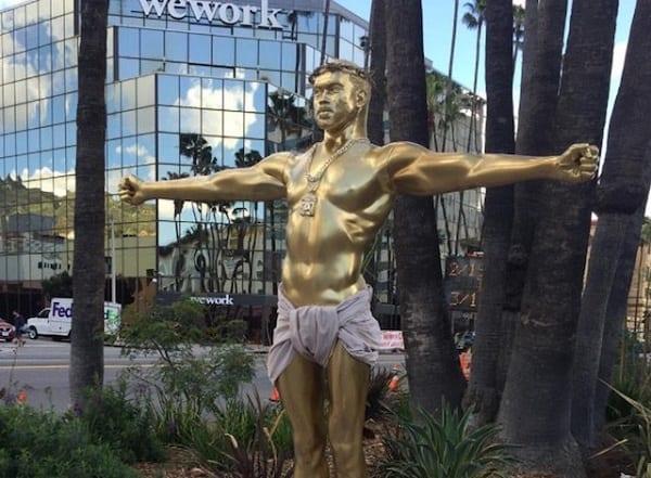 Une statue de Kanye West déguisé en Jésus crucifié sur Hollywood Boulevard
