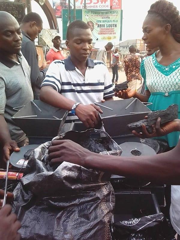 Inspiration: Un Nigérian de 16 ans construit un fourneau fonctionnant avec des  piles (PHOTOS)