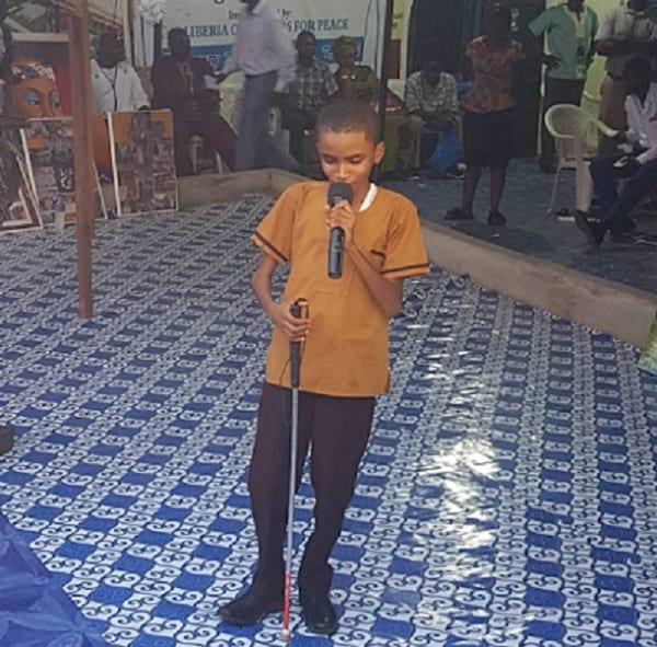 Flavour: un garçon aveugle interprète parfaitement sa chanson (VIDÉO/PHOTOS)