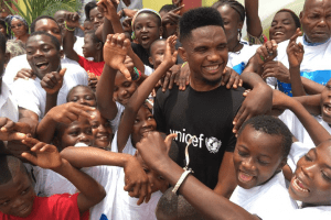 Cameroon: UNICEF Ambassador Samuel Eto'o shares a smile with children (Photos)