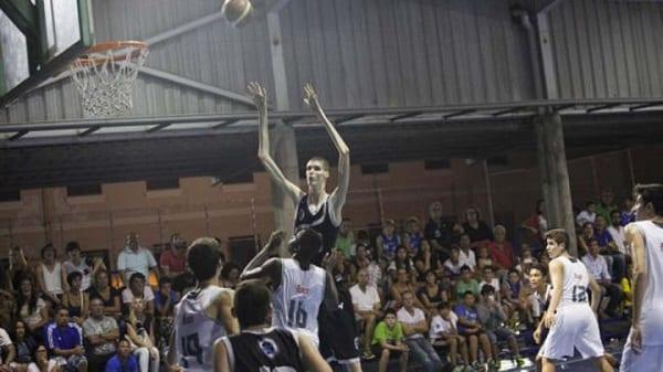 A seulement 16 ans, il  mesure 2m34 et veut devenir joueur NBA: VIDÉO