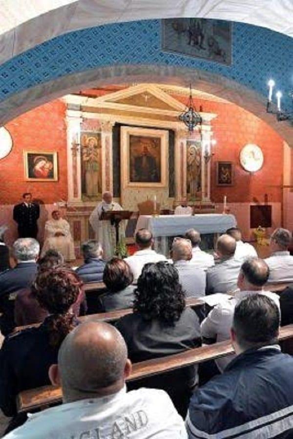 Italie: Le pape François célèbre le 'jeudi saint' en lavant les pieds de prisonniers repentis(PHOTOS)