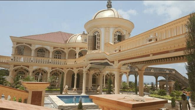 Video lénorme et luxueuse villa dun fonctionnaire provoque la colère des camerounais sur la toile