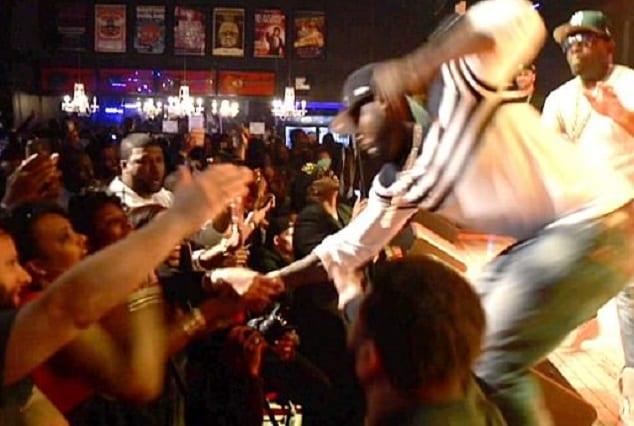 50 Cent: Il frappe une fan en plein concert (PHOTOS/VIDÉO)