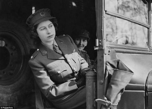 Royaume Uni: Quand la Reine Elisabeth II conduit elle-même sa Jaguar. C'est rare!(PHOTOS)