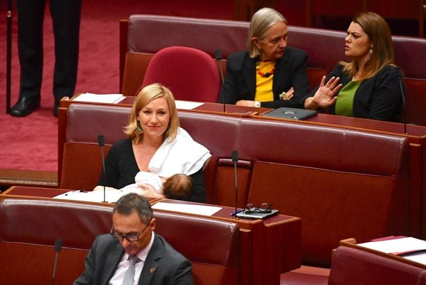 Australie: pour la première fois, une élue allaite sa fille au parlement (PHOTO)