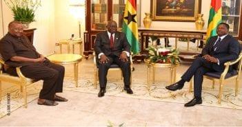 Nana Akufo Addo-Faure Gnassingbé et l'opposant historique, Gilchrist Olympio mardi au Palais de la présidence à Lomé