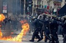 forces de l'ordre et manifestants cagoulés