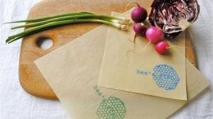 Une jardinière invente des emballages écologiques en cire d'abeille