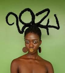 Incroyable, cette artiste ivoirienne fabrique des sculptures à partir de ses cheveux afro