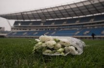 bouquet-roses-blanches-hommage-footballeur-international-ivoirien-Cheick-Tiote-decede-soudainement-5-2017-Pekin-Chine_0_1398_931