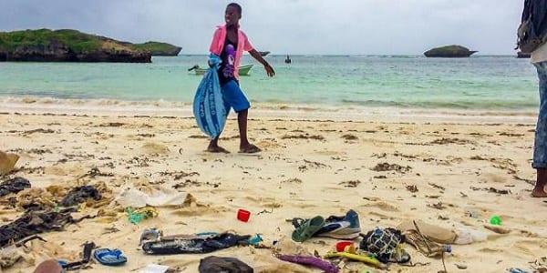 Kenya: des volontaires luttent contre la pollution par le recyclage des tongs