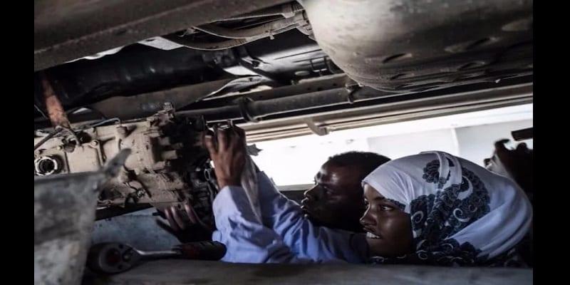 Inspiration: âgée de 18 ans, elle devient la première femme mécanicienne de la Somalie (vidéo)