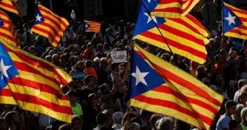 des-manifestants-pour-l-independance-de-la-catalogne-a-barcelone-le-21-octobre-2017-a-barcelone_5965068