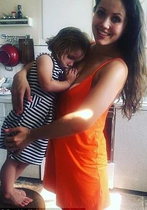 Une maman qui allaite sa fille de cinq ans donne les raisons (photo)