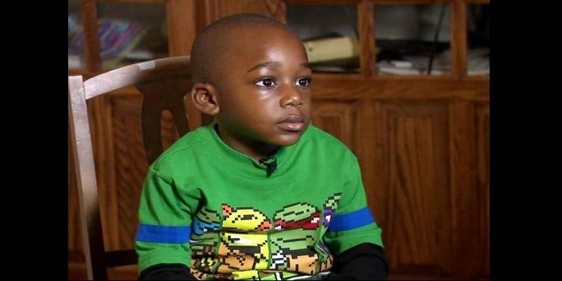 À 4 ans, ce garçon a lu 100 livres en une journée (vidéo)