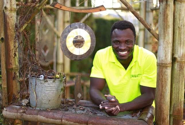 Découvrez ce roi africain qui travaille comme jardinier au Canada pour développer son village