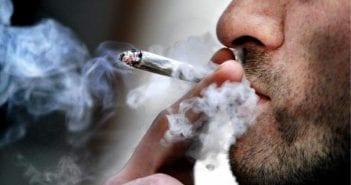 homme entrain de fumer