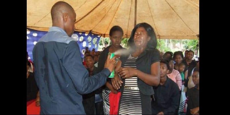 Afrique du Sud: un pasteur arrêté pour avoir pulvérisé de l'insecticide dans les yeux d'une fidèle (photos)
