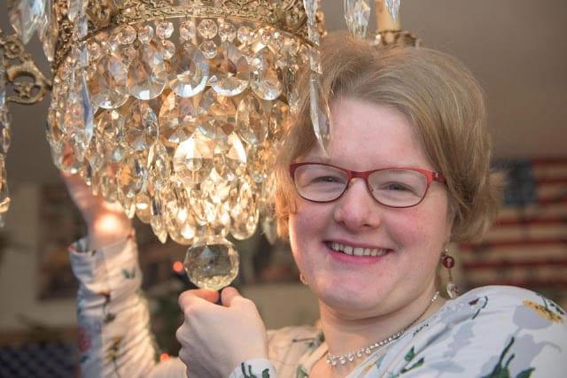 Insolite: Une femme se fiance avec un lustre (PHOTOS)