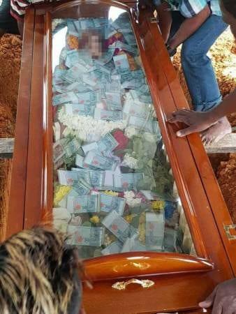 Malaisie: Il enterre son père avec 7 630 $ en espèces dans le cercueil
