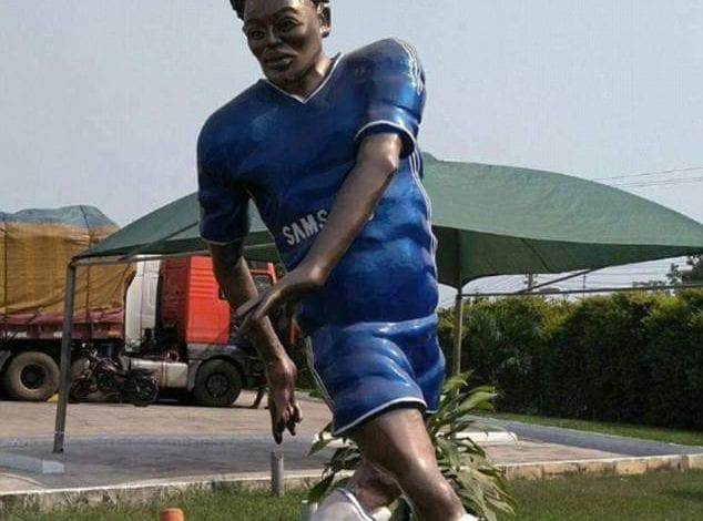Ghana: Michael Essien a eu droit à une statue complètement ratée (photo)