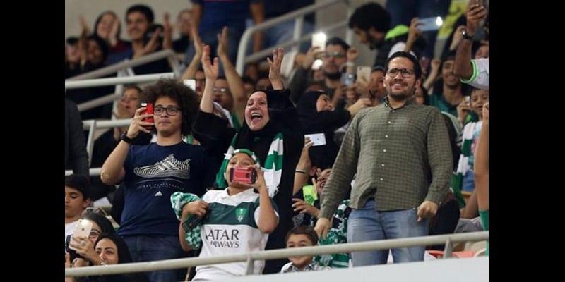arabie saoudite les femmes assistent pour la premi re fois un match de football photos. Black Bedroom Furniture Sets. Home Design Ideas