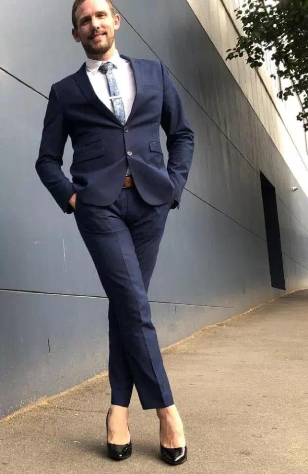 Maxwell-Lam, l'homme d'affaires qui porte des talons hauts pour travailler