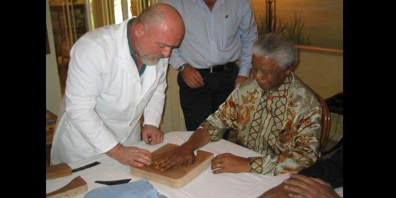 Afrique du Sud: Les empreintes en or de Nelson Mandela vendues à un prix incroyable! (photos)