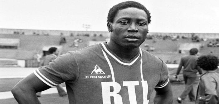jean-pierre-adams-en-1977-avec-le-maillot-du-psg