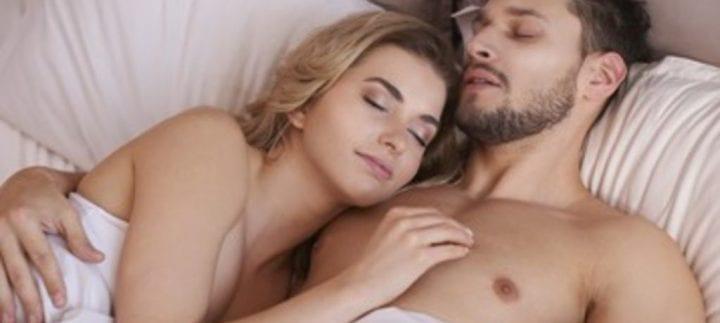 Couple Nu santé : voici les avantages de dormir tout nu dans votre lit!
