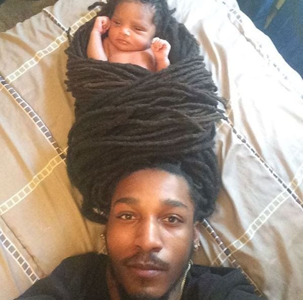 Inspiration: il transforme ses dreadlocks en porte bébé (photos)
