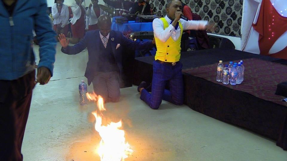 Afrique du Sud: Un pasteur transforme l'eau en essence. Ses fidèles en pleurs!