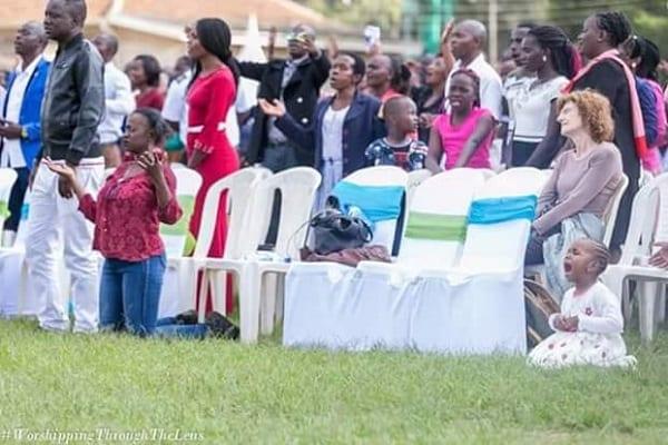 Kenya: Une fillette de 3 ans à genou, en larmes alors qu'elle prie et adore Dieu