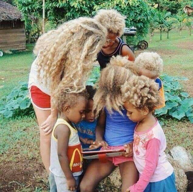 Incroyable: Voici les Mélanésiens, peuple noir et blonds d'Australie (Photos)