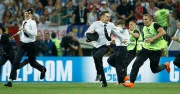 Russie-4-Pussy-Riot-emprisonnes-apres-leur-intrusion-sur-le-terrain-lors-de-la-finale-de-la-Coupe-du-monde