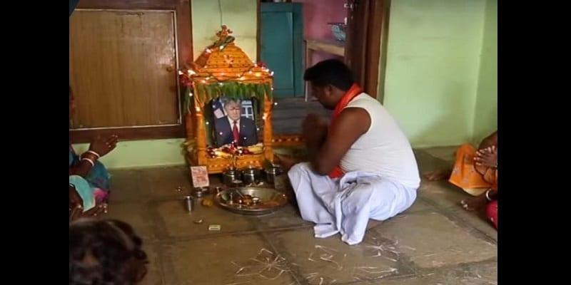 Inde: Un homme vénère Donald Trump comme un dieu (vidéo)