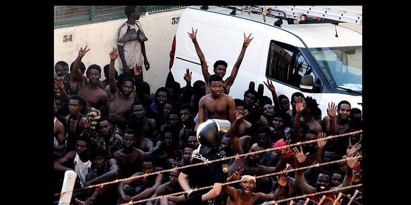 Espagne : Des centaines de migrants franchissent la frontière de Ceuta et célèbrent leur entrée (vidéo)